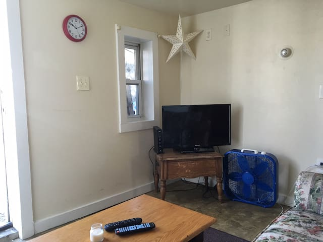 Cozy 2 BR + Full Bath W/AC, Across From Ocean - Hampton - Lägenhet