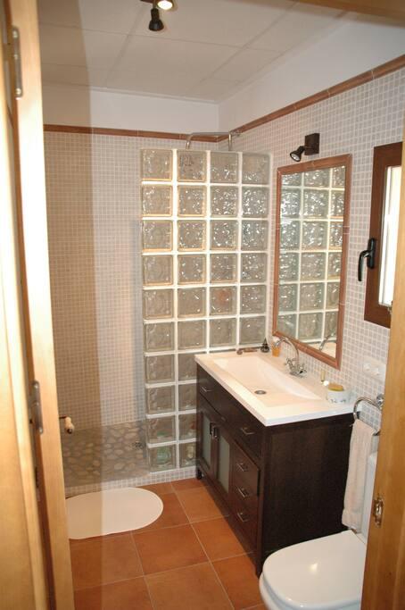 Baño completo piso superior.
