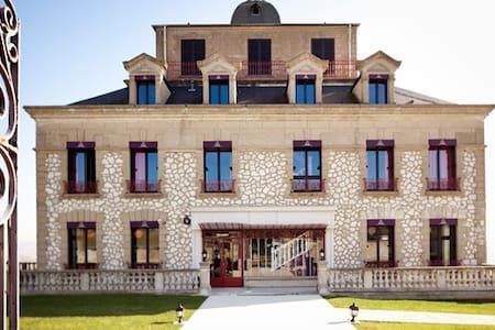 Chambre familiale avec spa, club enfant - Giverny - Rolleboise - Castle