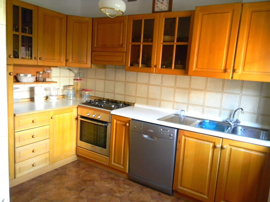 Cucina con lavastoviglie e tutti gli elettrodomestici utili. (Part.)