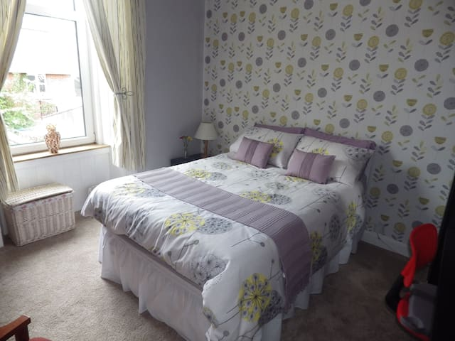 Comfortable room 1 in family home