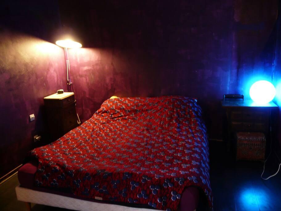 Chambre des parents avec un confortable lit queen size