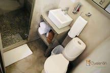 Baño completo: dicha, lavamanos e inodoro