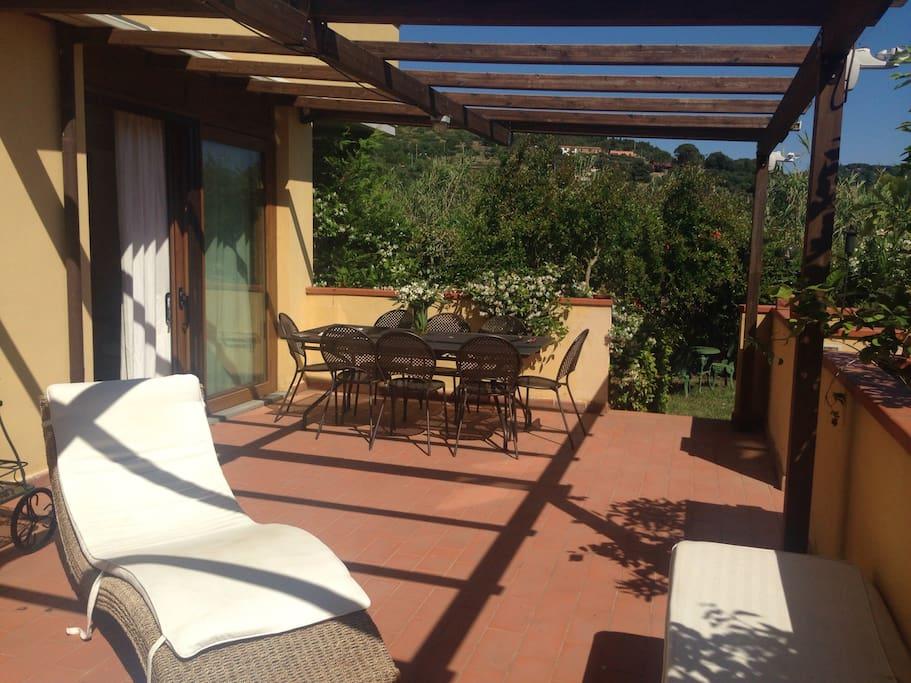 Grande terrazza abitabile con accesso al piccolo giardino.