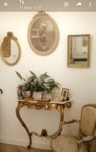 """Studio, belles fleurs """" Avenue Flandre Paris 19 ."""