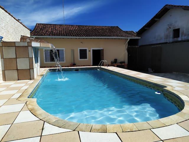 Linda Casa de Praia em Mongaguá c/ Piscina e Wi-Fi