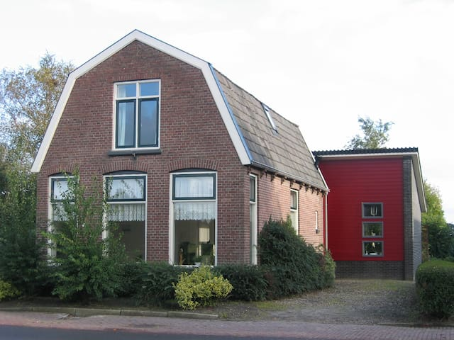 charming house in rural village, bus to Giethoorn - Nijensleek - บ้าน