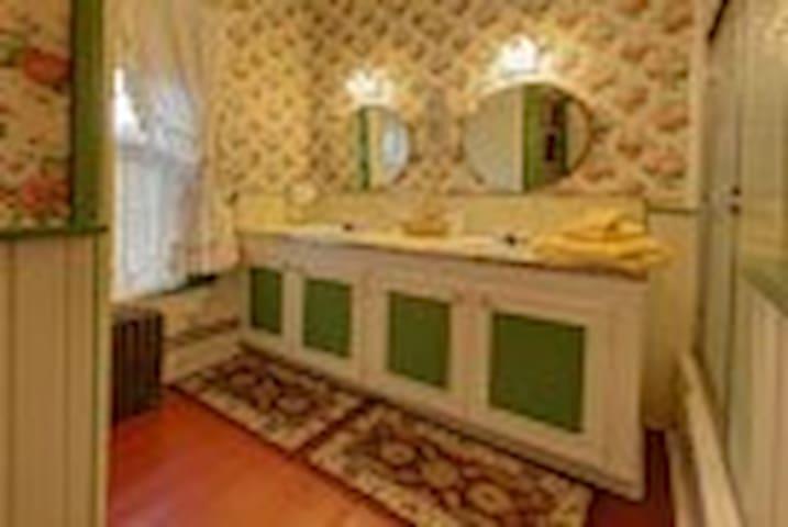 Emerald room private bathroom