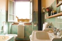 Bellis en-suite bathroom with tub