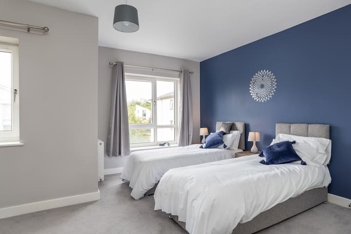 Ensuite twin bedroom (King size bed on request)