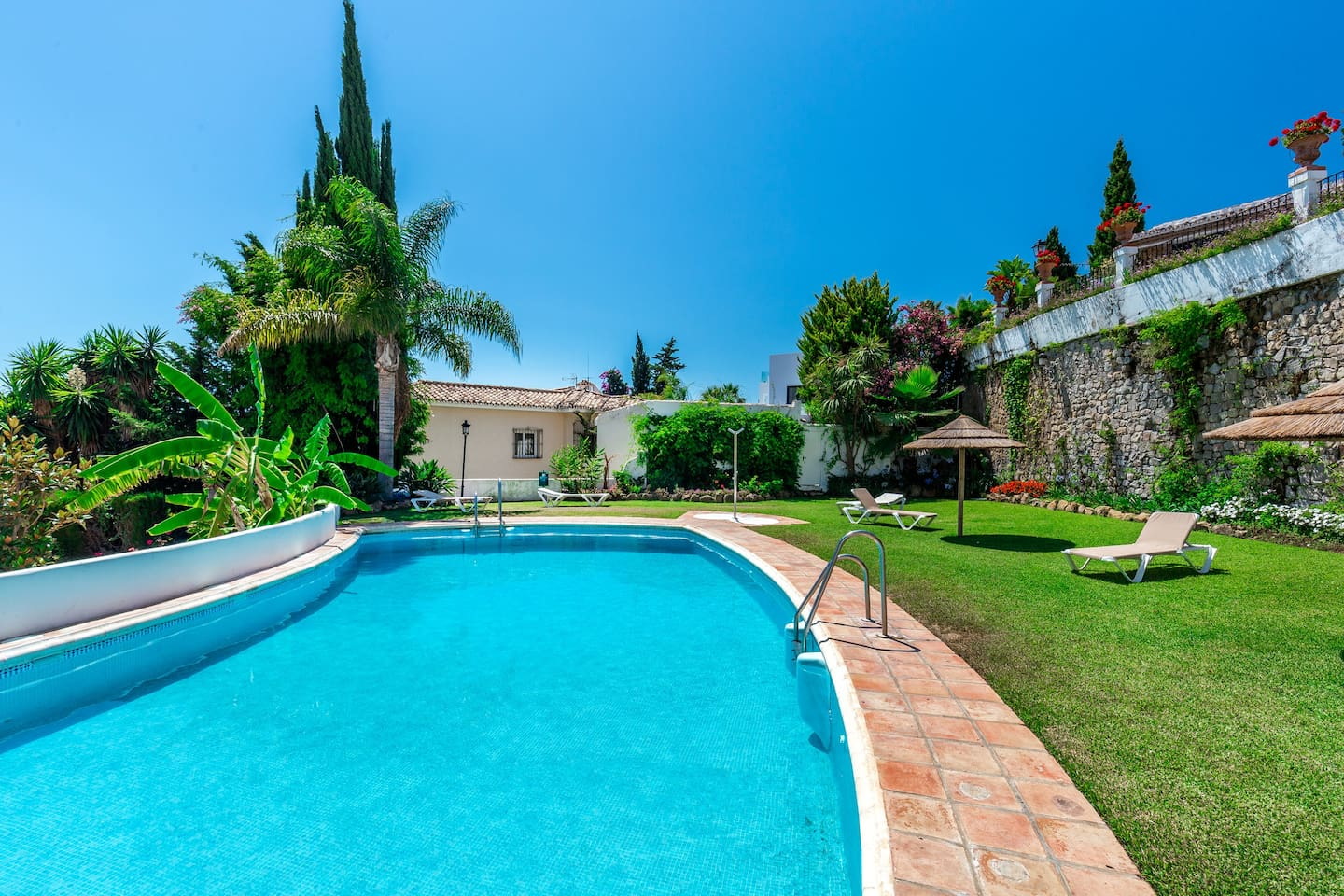 Puerto Banus Vacation Rental -townhouse for rent walking distance to la Sala and Puerto Banus. A few  mins drive to Marbella. 5 Minute Walk to Puerto Banus, 10 minutes walk to the beach, with Pool & Internet.