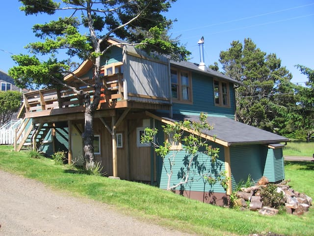 Cottage with large yard & deck - Tillamook