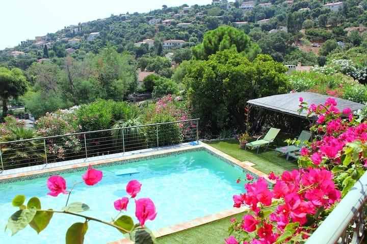 Vaste villa avec piscine et vue mer
