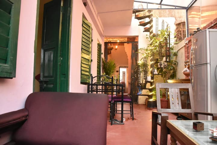 Common living area : suitably ventilated and lit up, this area is a favorite gathering place of our guests. There are numerous restaurants in the close vicinity , should you want to indulge in Kolkata's famous eat-outs.