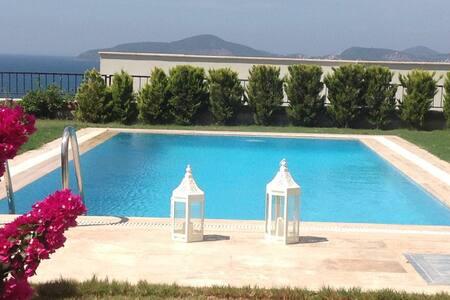 Moderne villa met privé tuin en privé zwembad