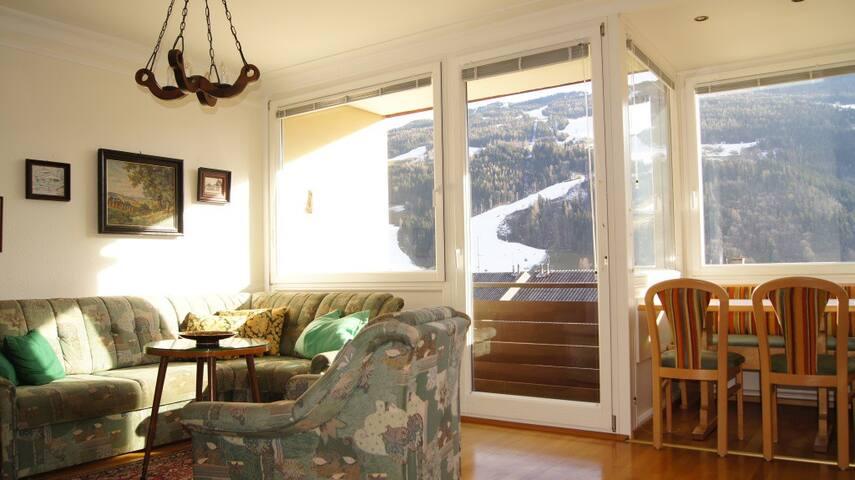 Wohnzimmer mit Blick auf Planai Zielhang
