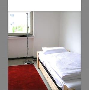 ruhige Gästezimmer nahe ICE-Bahnhof - Kassel - Hus