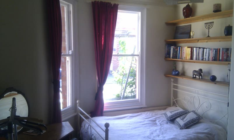 Lovely large room in York