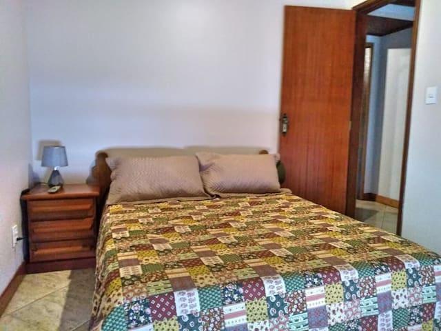 2º andar: Quarto com cama de casal e ar condicionado.