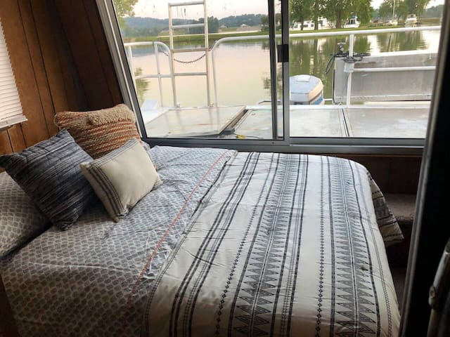 Relaxing Houseboat off the Ohio River, Near Casino