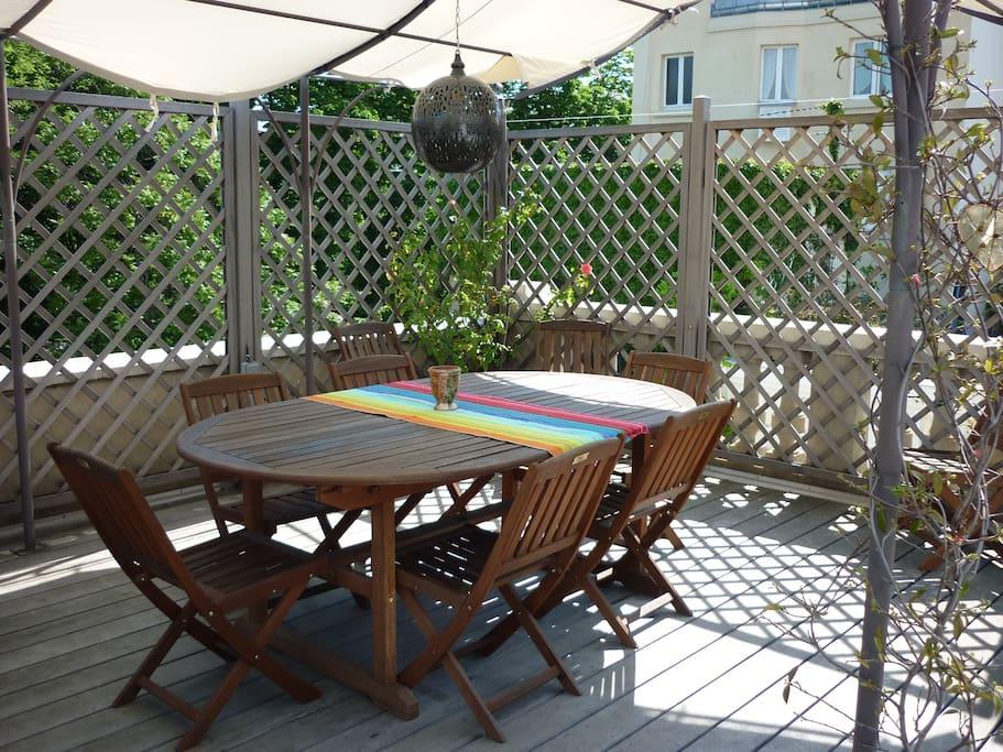 La terrasse permet de profiter de la magnifique vue environnante, tout en étant bien protégée des regards