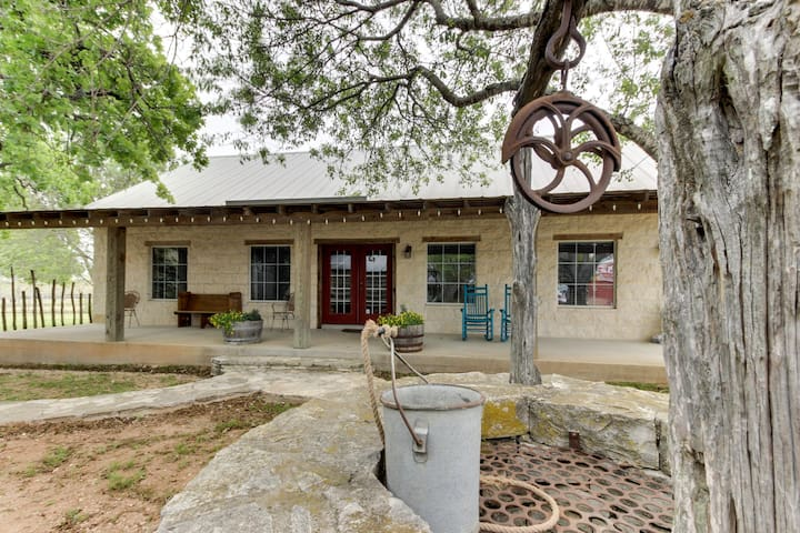 Romantic, dog-friendly cabin with on-site courtyard, close to wineries!