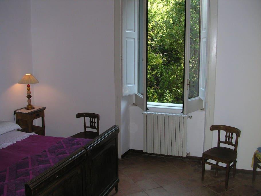 camera da letto e affaccio sul giardino privato
