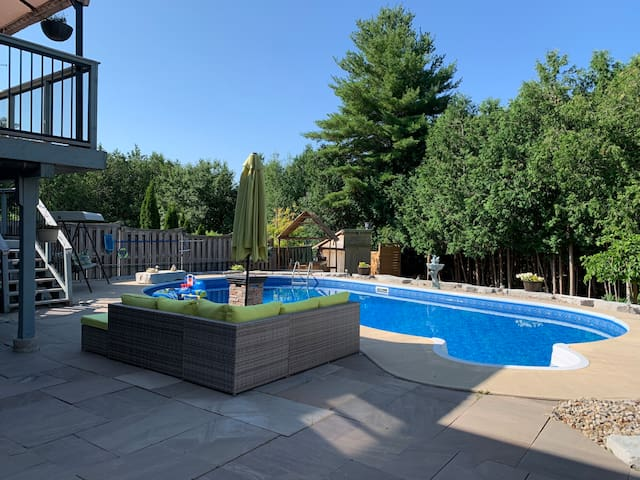 Beautiful Basement apartment with Hot tub & pool