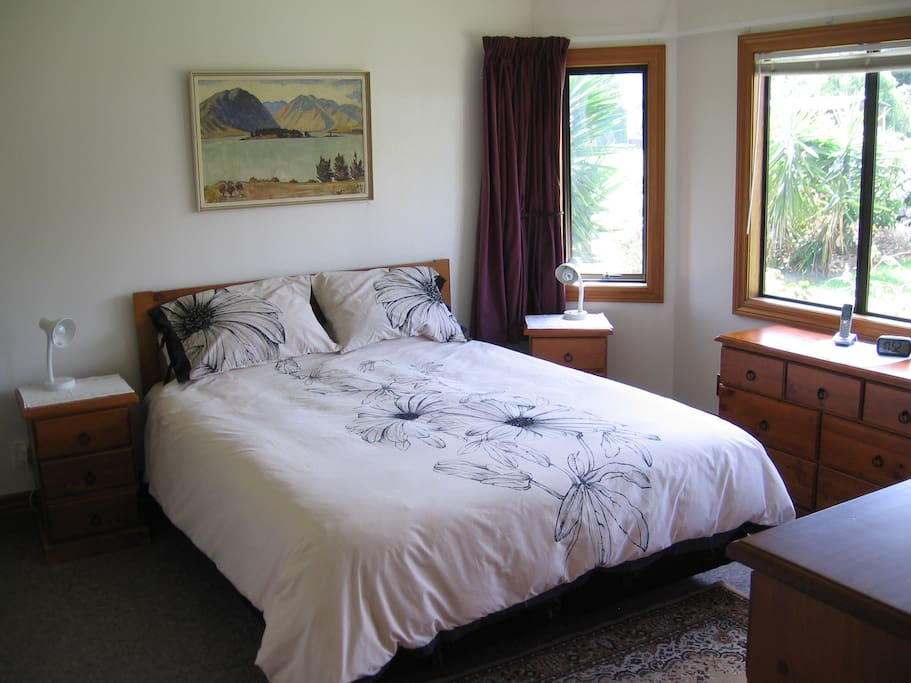 Bedroom 1, King bed