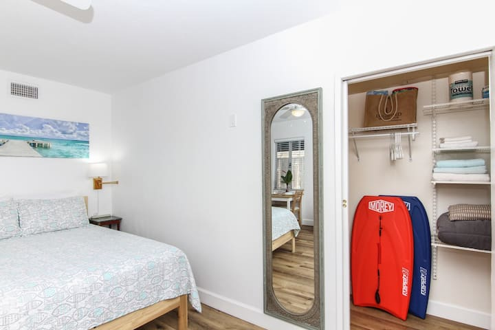 Adorable Private Studio- Walk To Beach and Brunch!