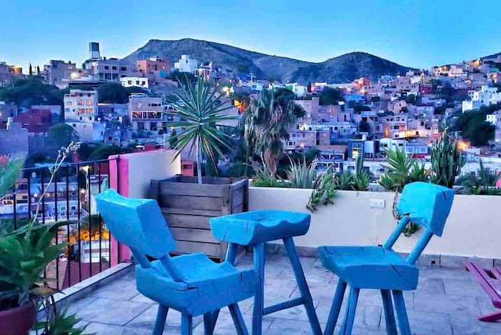 Roof terrace with city & mountain views + bbq ❤️