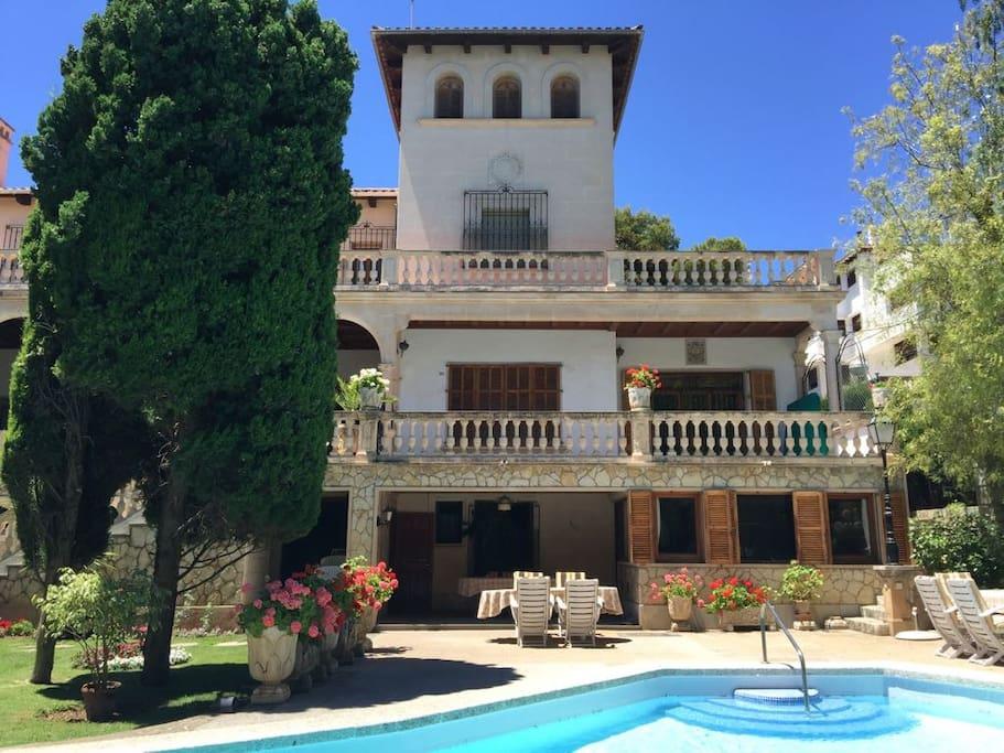 Villa con piscina y jard n en el centro de palma chalets for Piscina jardin centro