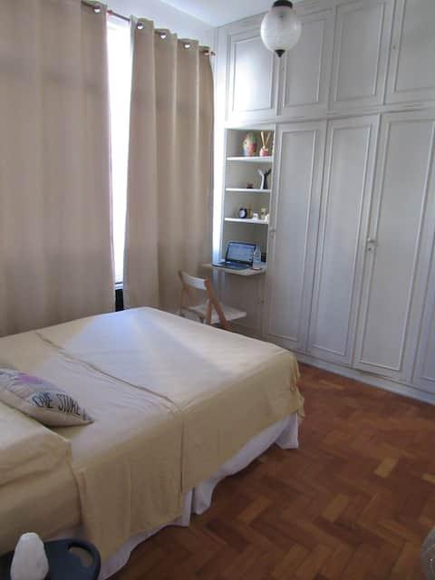 Great room, just 100 mts of the Copacabana beach!