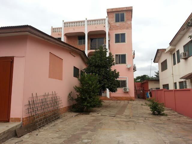 Charming apartment in a gated home! - Accra - Byt