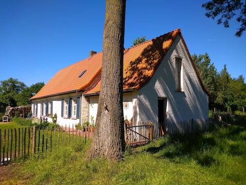 18de-eeuwse boerderij midden de velden