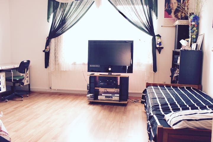 Private room 15min from tradefair - Hannover