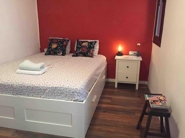 Cozy big double bedroom in central Barcelona