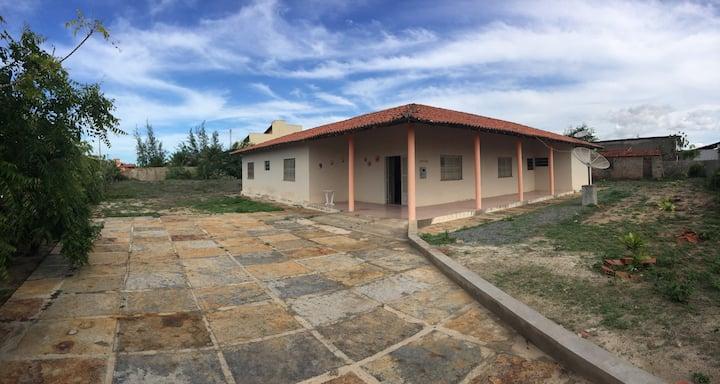 Casa no Coqueiro, 4 quartos, com ar e poço.