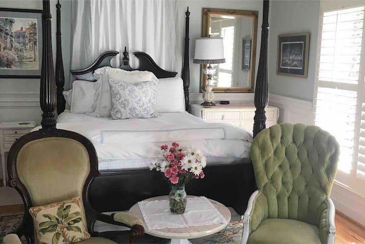 Romantic beach getaway private suite & entrance