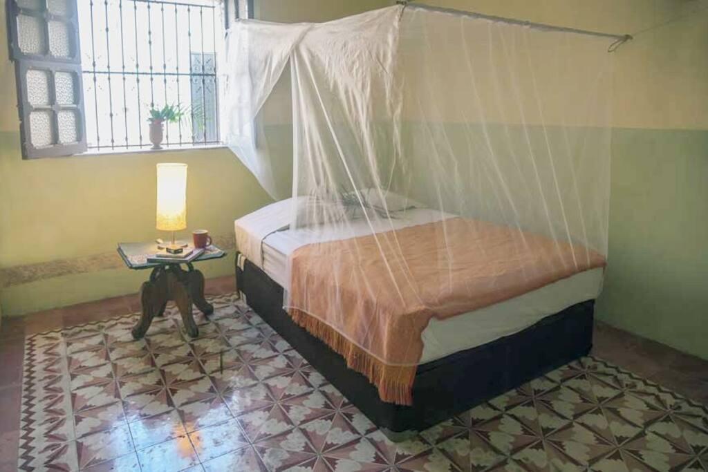 La primera habitación cuenta con cama matrimonial.