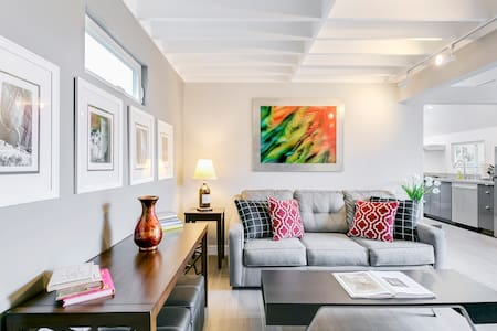 Romantic Guesthouse with a Private Yard in Westwood