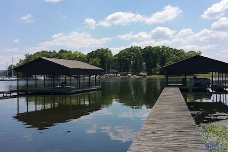 Directly on Lake Guntersville! Boat House Included - Guntersville - House