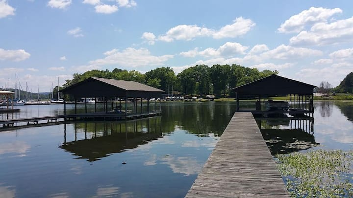 Directly on Lake Guntersville! Boat House Included