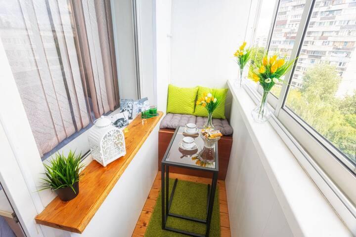 Уютный и очень яркий балкончик. Здесь Вы можете попить чай, почитать книгу или поработать на компьютере.