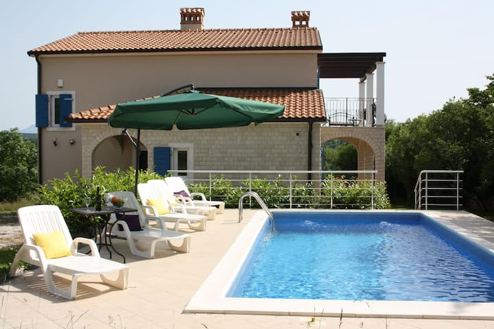 Adorable villa with  pool and covered terrace surrounded by nauture !