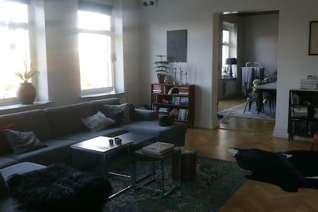 143 kvadrat i sekelskifteshus nära bad och centrum - Varberg