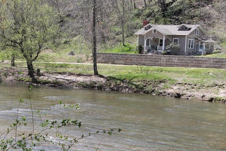 Beautiful River Joy Cottage! Right on the River!