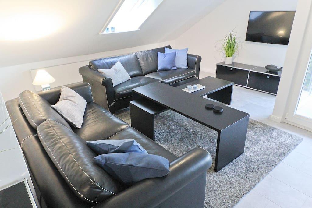 Gemütliches Wohnzimmer mit Leder-Couch und modernem TV und BluRay-Player (Filme vorhanden)