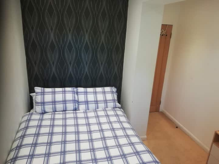 Comfortable Double room 5  min Drive from Airport