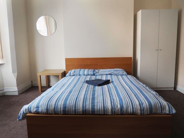 Spacious double bedroom in Nottingham room 4|98